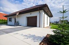 Äußeres eines modernen Hauses mit eleganter Architektur lizenzfreie stockfotografie