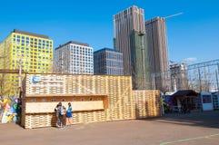 Äußeres eins des Flacon-Design-Fabrikpavillons, Leute geht zu besichtigen lizenzfreies stockbild