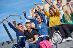 Äußeres Sitzen der Studenten auf Schritten Lizenzfreie Stockbilder