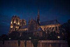 Äußeres von Nacht Notre Dame De Paris By River At Lizenzfreie Stockfotografie