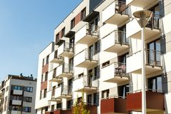 Äußeres von neuen Wohngebäuden auf einem Hintergrund des blauen Himmels r Stockfotografie