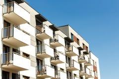 Äußeres von neuen Wohngebäuden auf einem Hintergrund des blauen Himmels r Lizenzfreies Stockfoto