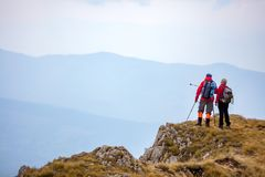 Äventyra, resa, turism, vandringen och folkbegreppet - le par som utomhus går med ryggsäckar Royaltyfri Fotografi