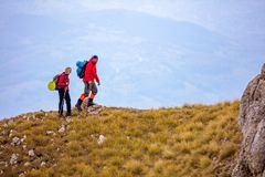 Äventyra, resa, turism, vandringen och folkbegreppet - le par som utomhus går med ryggsäckar Royaltyfria Foton