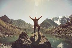 Äventyrar lyckliga lyftta händer för handelsresandeman på bergöverkanten i livsstil för resande utforskare för den Norge resluste royaltyfria foton