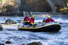 äventyrlig grupp som gör vitt vatten som rafting forsarna av floden Royaltyfria Foton