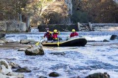 äventyrlig grupp som gör vitt vatten som rafting forsarna av floden Fotografering för Bildbyråer
