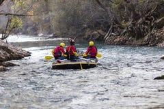 äventyrlig grupp som gör vitt vatten som rafting forsarna av floden Royaltyfri Foto