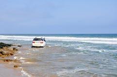 Äventyrlig körning längs stranden Arkivbild