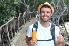 Äventyrlig utforskare i ge sig för djungel tummar upp Arkivfoto