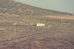 偏僻的平交道口干旱的使荒凉的vulcanic荒原 免版税库存图片