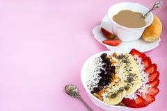 健康早餐燕麦粥新月形面包牛奶碗用甜菜 图库摄影