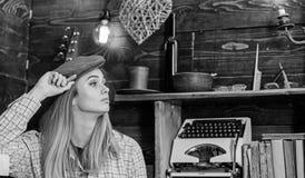 偶然成套装备的女孩有在木葡萄酒内部的平顶帽的 行为似男孩的姑娘概念 镇静面孔的夫人在格子花呢披肩衣裳看 库存照片