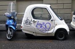 停放了一辆小汽车和一辆滑行车 免版税库存照片