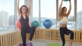 做健身的年轻女人在拿着球的演播室 拿着平衡 影视素材