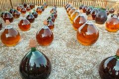 做在大回合玻璃古色古香的篮装的细类颈大坛瓶的自然甜点心麝香葡萄利口酒白酒外部在弗龙蒂尼昂,南部 免版税库存照片