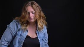 做滑稽的舞蹈的成人白种人白肤金发的女性特写镜头画象在照相机前面移动 影视素材