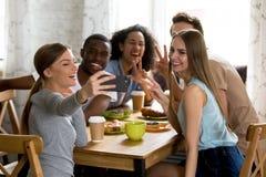 做滑稽的selfie照片,记录的录影的愉快的多种族朋友 免版税库存照片