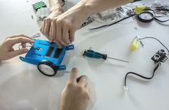 做未来机器人的学生 机器人,学会,技术,孩子的教育 图库摄影