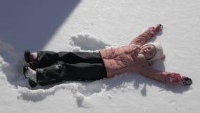 做雪天使的美丽的小女孩 影视素材