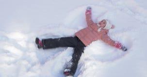 做雪天使的美丽的小女孩 股票视频