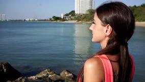 假期放松旅行的妇女享受海惊人的看法  旅游目的地 股票视频