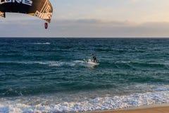 卡夫雷拉德马尔,巴塞罗那/西班牙;02 08 2019年:实践的午安在卡布瑞拉海滩的风帆冲浪和Kitesurfing Flysurf在 库存照片