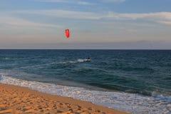 卡夫雷拉德马尔,巴塞罗那/西班牙;02 08 2019年:实践的午安在卡布瑞拉海滩的风帆冲浪和Kitesurfing Flysurf在 免版税库存照片