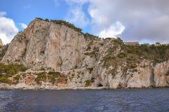 卡普里海岛的海岸的垂直的峭壁  图库摄影