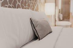 卧室的接近的片段有台灯的在现代家或旅馆 图库摄影