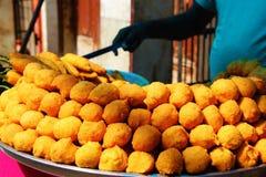 印度人出售街道食物Pakoda 免版税库存图片