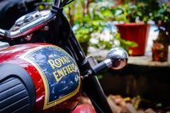 印度,果阿–4月- 2017皇家埃菲尔德摩托车的汽油箱 免版税库存图片