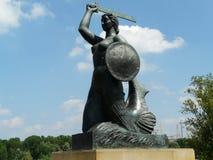 华沙美人鱼的雕象维斯瓦河,华沙,波兰 免版税库存照片