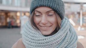 华美的年轻女人画象室外编织的盖帽的 可爱的少女是在城市街道上的smilig 影视素材