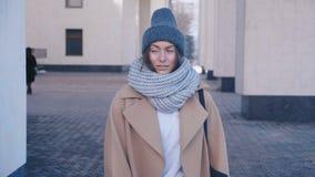 华美的年轻女人画象室外编织的盖帽的 可爱的少女是在城市街道上的smilig 股票视频