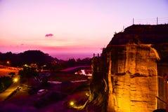 华美的红色紫色日落有地质峭壁看法  免版税库存照片