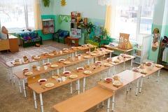 午餐在幼儿园在俄罗斯 孩子的被盖的桌 承办宴席在幼儿园 免版税库存照片