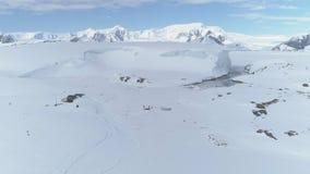南极洲海岸山远征鸟瞰图 股票视频