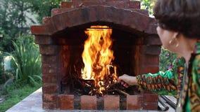 升火在庭院壁炉的火 股票视频