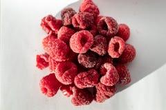 反对白色背景的冷冻莓 免版税库存照片