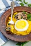 可口麦片粥用蘑菇和鸡蛋 免版税图库摄影