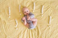 可爱滑稽婴儿儿童说谎围拢与惊叹号由棉花球做成 图库摄影