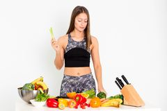 可爱的健身妇女,训练了女性有Evegs的适合力量运动确信的年轻女人爱好健美者,有机食品 库存照片