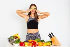 可爱的健身妇女,训练了女性适合力量运动确信的年轻女人爱好健美者用桔子,有机食品 库存照片