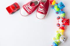 台式视图装饰孩子戏弄汽车为开发背景概念 平的被放置的婴孩红色鞋子 免版税图库摄影