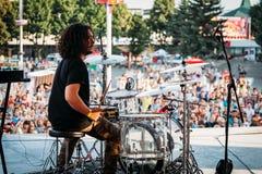 叶先图基,斯塔夫罗波尔疆土/俄罗斯- 2017年8月12日:鼓手节日 演奏在鼓的阶段的音乐家鼓槌 库存照片