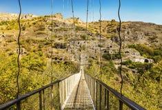 吊桥穿过Khndzoresk被放弃的洞在亚美尼亚 免版税库存图片