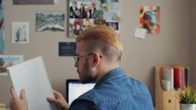 后面观点的有黄色头发和时髦的理发的英俊的男生在家 登记读解决方法的剪报高例证路径 使用课本 股票录像