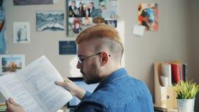 后面观点的有黄色头发和时髦的理发的英俊的男生在家 登记读解决方法的剪报高例证路径 使用课本 影视素材