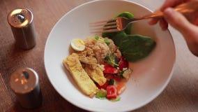 吃从板材,迅速时间的咖喱鸡第一人景色  影视素材